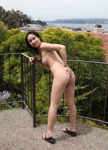 Cewek Seksi Narsis Bugil di Loteng